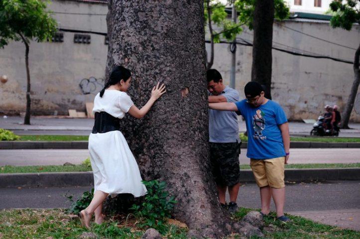 LHL ôm cây